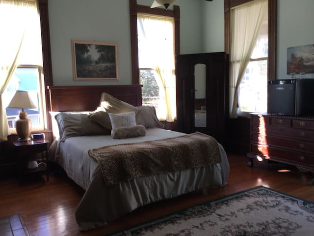Southern Grace Corporals Room - Natchez - Bed & Breakfast