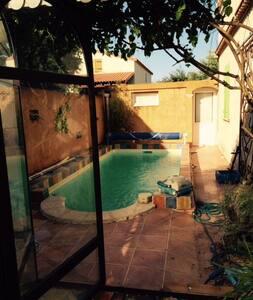 Appartements maisons et villas avec piscine le cr s for Piscine le cres