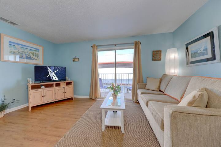 Newly decorated private beach apartment, with a balcony # 3