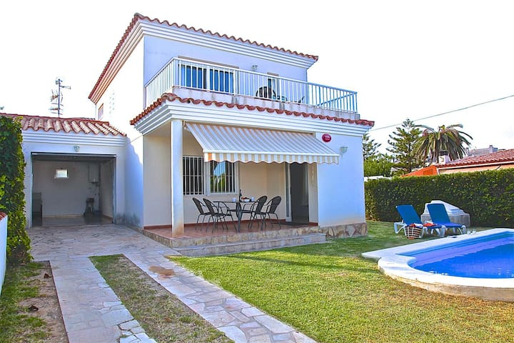 House with private pool with direct acces to the beach