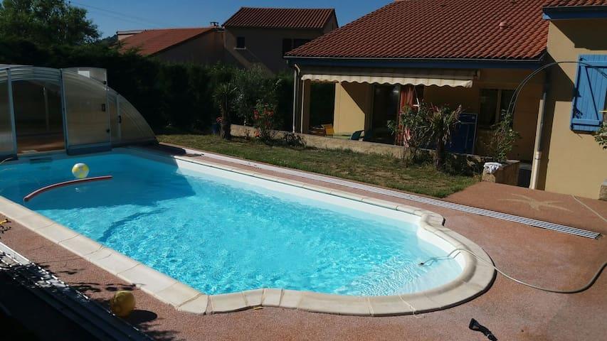 piscine de 7.7 m sur 3.2 m avec abri coulissant