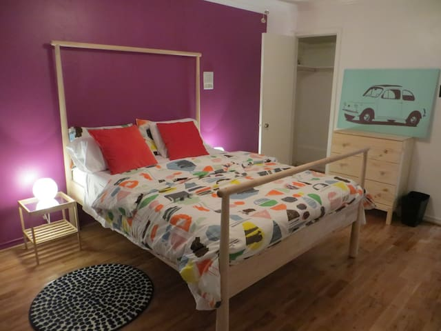 Charming Room Mins from Downtown
