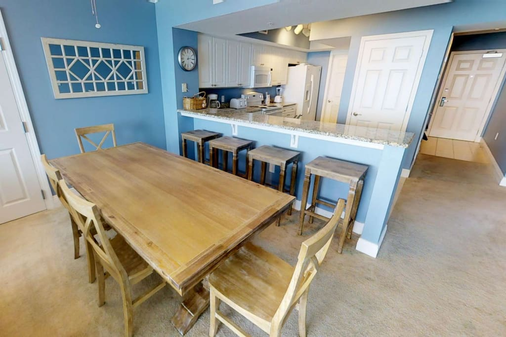 Dining table for 6 ppl plus additional seating at the kitchen bar!