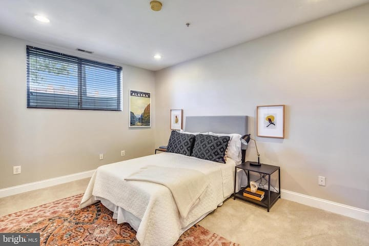 Large light filled room in quiet Hill East