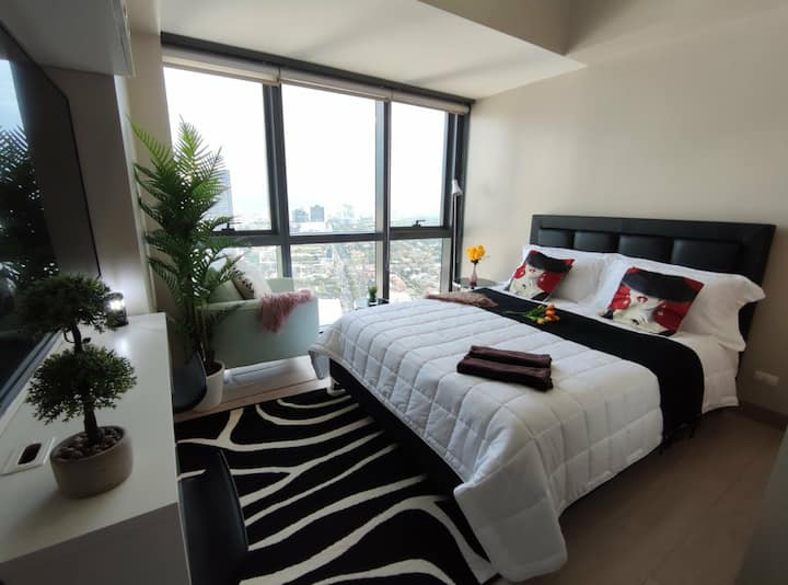 Eastwood City Classy Condo + Free Wifi and Netflix