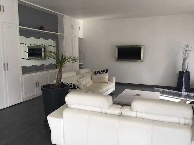 maison de type moderne en pleine nature