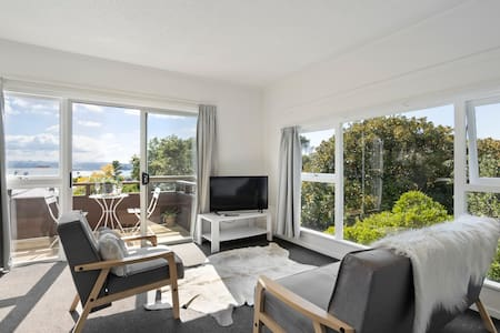Sun Drenched Studio with Harbour View + Heatpump