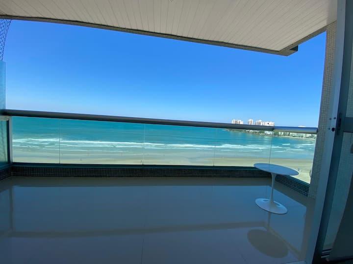 Apartamento em frente ao mar .