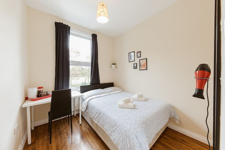 Mile end double room with shared bathroom :) R2