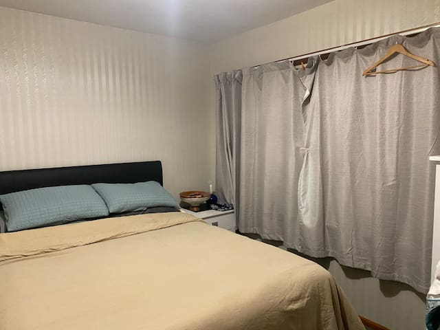 Clean budget safe close uni& mall room queen bed