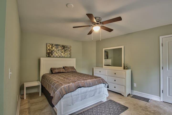 Bedroom Queen Size (Photo 1)