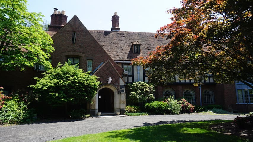 Tudor Mansion in Central Connecticut - Bristol - Bed & Breakfast