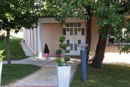 Maison d'Architecte avec piscine et jacuzzi - Aussonne - Casa