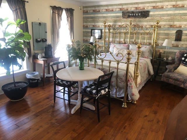 Farmhouse Chic Suite.Saratoga, Skiing, Lake George