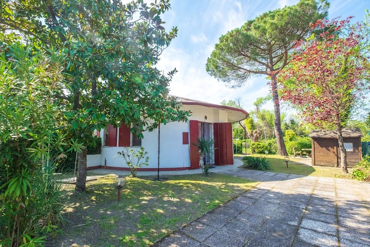 Three-room house on the groundfloor, in estate with swimming pool and big garden