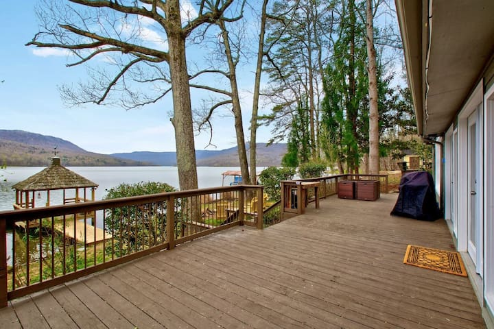 Lakefront retreat, mtn view- Hot tub, pet friendly