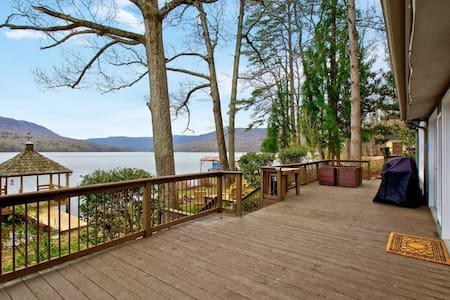 Private Lakefront retreat, - Hot tub, pet friendly
