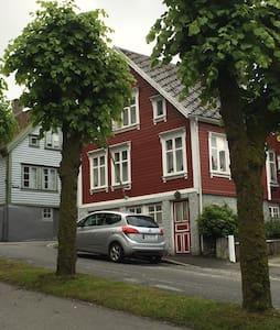 Koselig leilighet i den gamle trehusbebyggelse - Egersund - Apartment