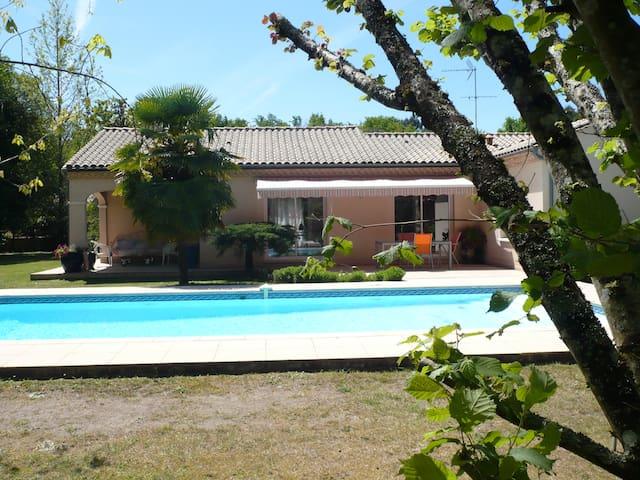 Maison avec piscine sur terrain de 2400 M²