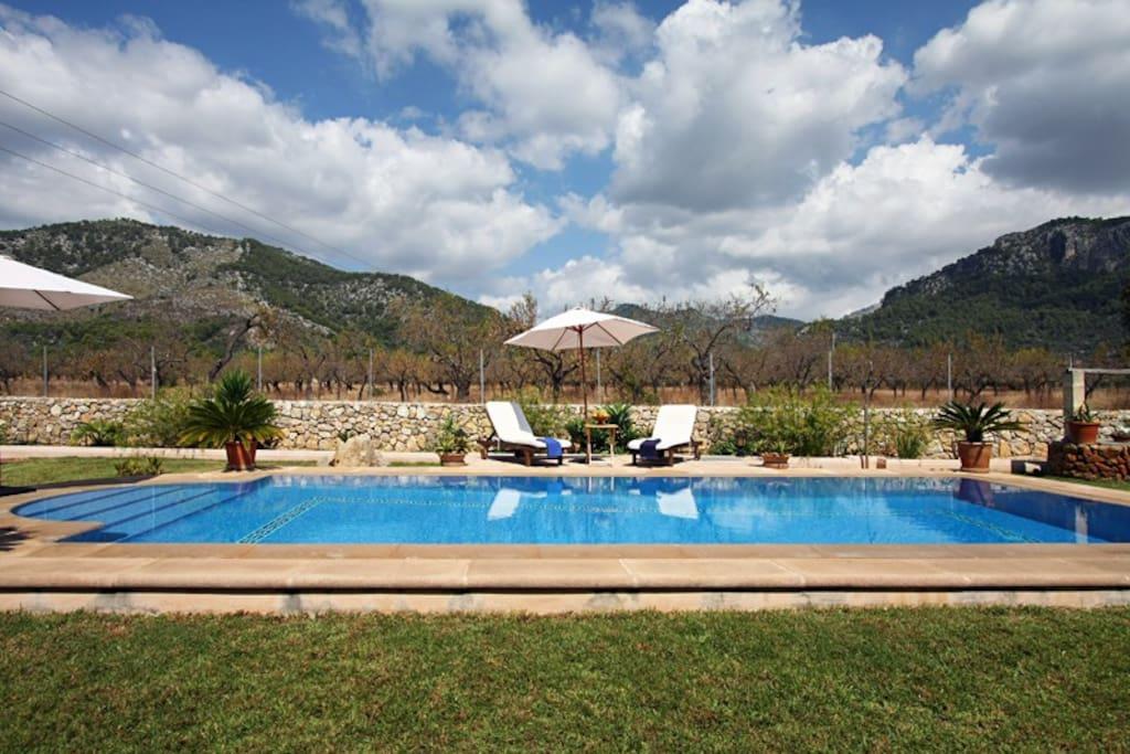 la piscina vista desde otro ángulo con la montañas de la Sierra de Tramuntana al fondo