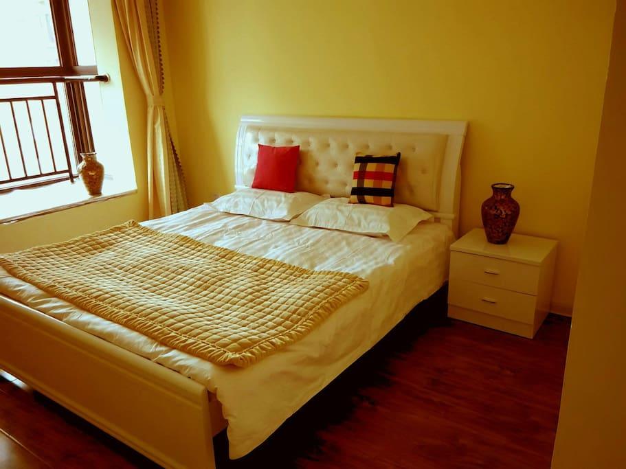 米黄色的床头软包与墙面的颜色浑然一体。