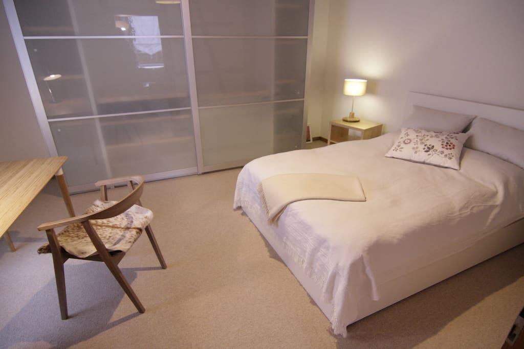 geräumiges Schlafzimmer für eine Person mit