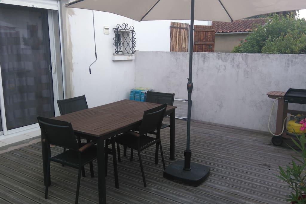 studio meubl avec grande terrasse appartements louer dax aquitaine france. Black Bedroom Furniture Sets. Home Design Ideas