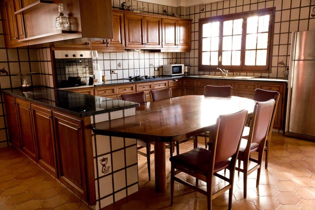 Una espaciosa cocina con mucha luz natural.
