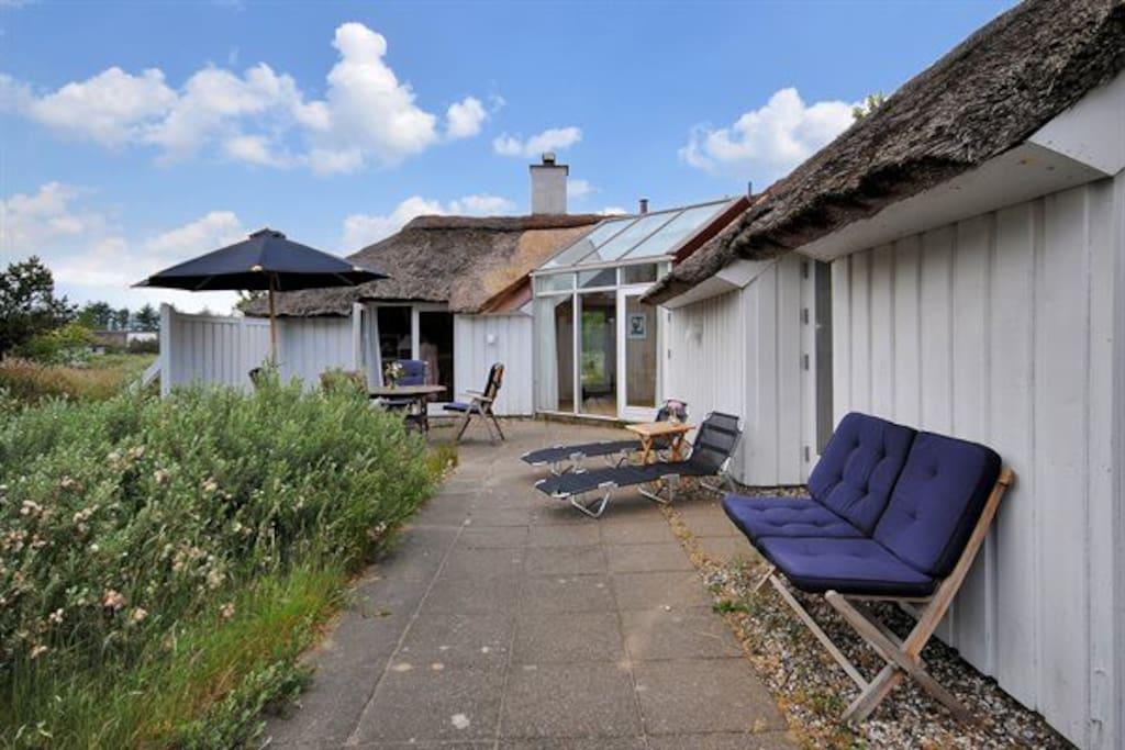 sydvendt terrasse med mulighed for solbadning