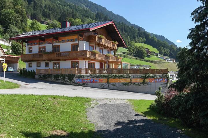 Verzorgde boederij in Tirol bij een skibushalte