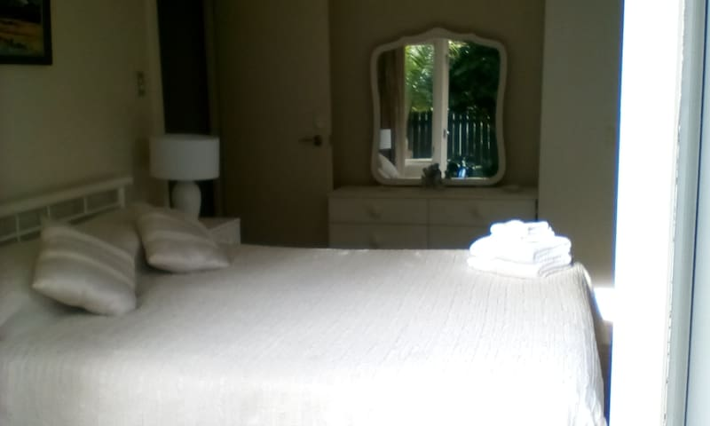GATEWAY TO AUCKLAND warm and comfortable Queen bed