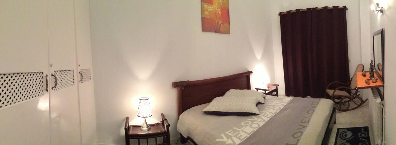 Chambre parentale climatisée avec lit double, placard et balcon