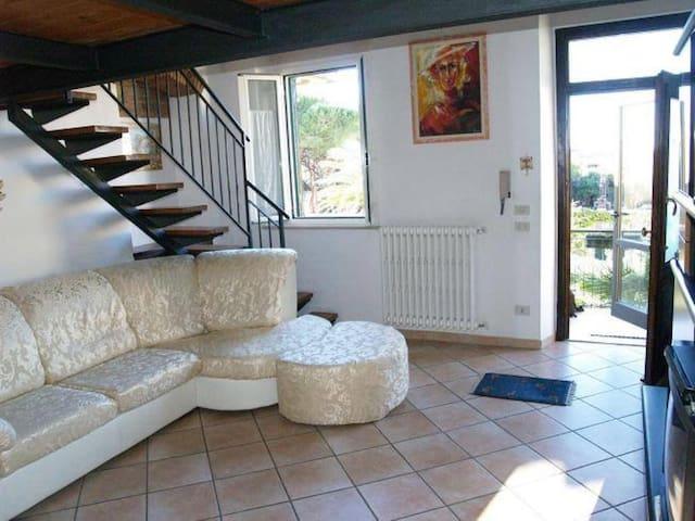 Antignano bell'appartamento con ampio giardino - リヴォルノ - アパート