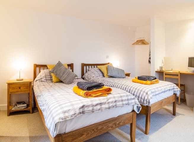 Quiet, private, country twin room en suite - Comberbach - 獨棟