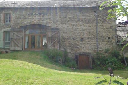Rustic french farmhouse - Bertignat - Casa