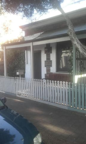 Private cottage on city fringe - Unley - House