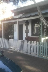 Private cottage on city fringe - Unley - 단독주택