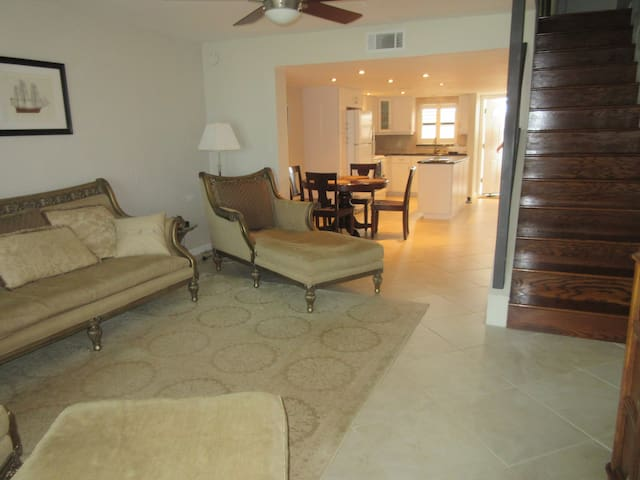 Spacious 2 Story Ocean Front Beach Side Condo - Daytona Beach Shores - Apartament