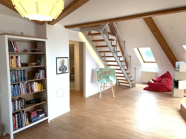 Lies bequem ein Buch und genieße das Sonnenlicht aus allen Richtungen. Dafür sorgen die 9 Dachfenster.