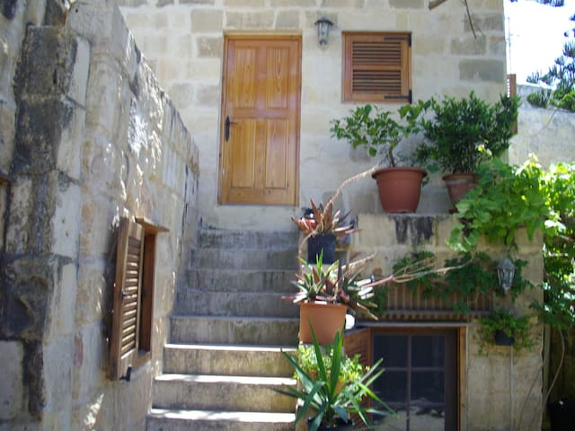 Historic central village farmhouse  - Ħal Għargħur - House