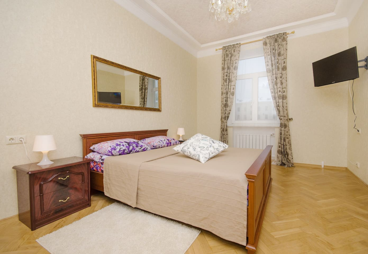 4-комнатные апартаменты в самом центре Минска. Спальня №1. Двухспальная кровать , TV