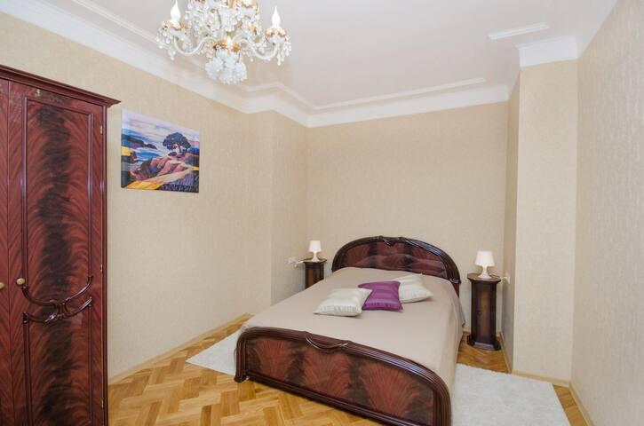 Спальня №2 . Двухспальная кровать.Большой, удобный шкаф для одежды