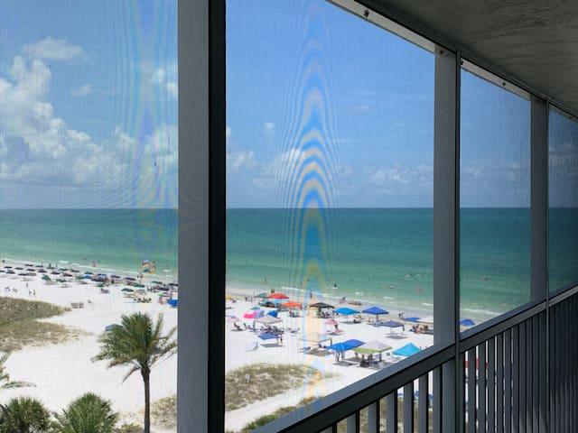 Beach & Pool Open! Beachfront Penthouse. Chairs!