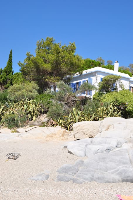 la casa vista dalla spiaggia/ the villa from the beach