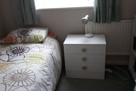 Comfy cosy single room in quiet Cul-de-Sac