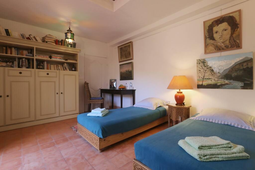 L'armoire est en fait un lit encastré pouvant recevoir un ou deux enfants