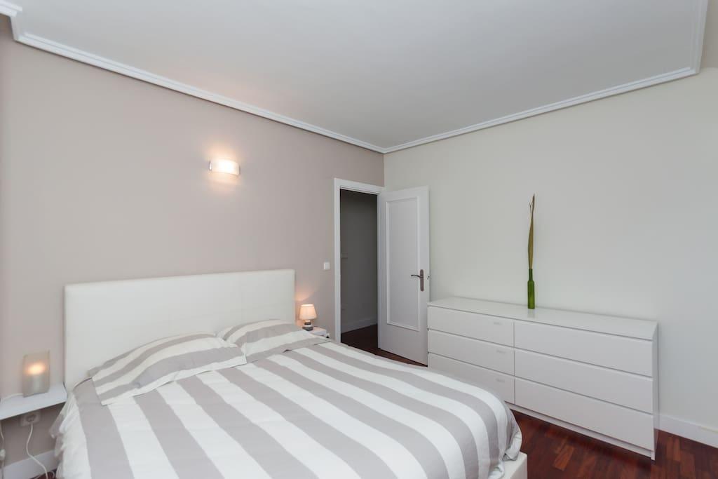 Main bedroom with seaviews and direct access to terrace / Habitación principal con vistas al mar y acceso directo a la terraza.