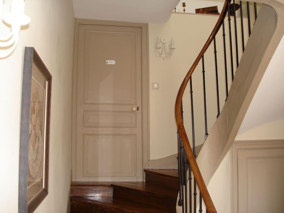 L' escalier qui mène aux chambres d'hôtes du Masbareau