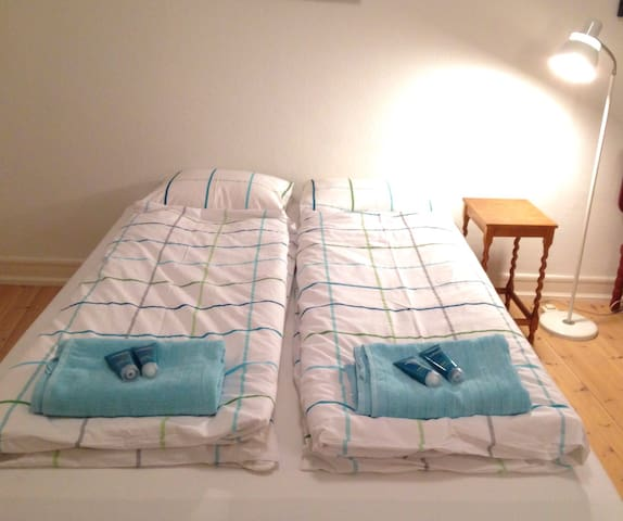 The bed is 1,40m x 2,00m. Free wifi, towels, bedsheets, shampoo, contitioner, cofee and tea.