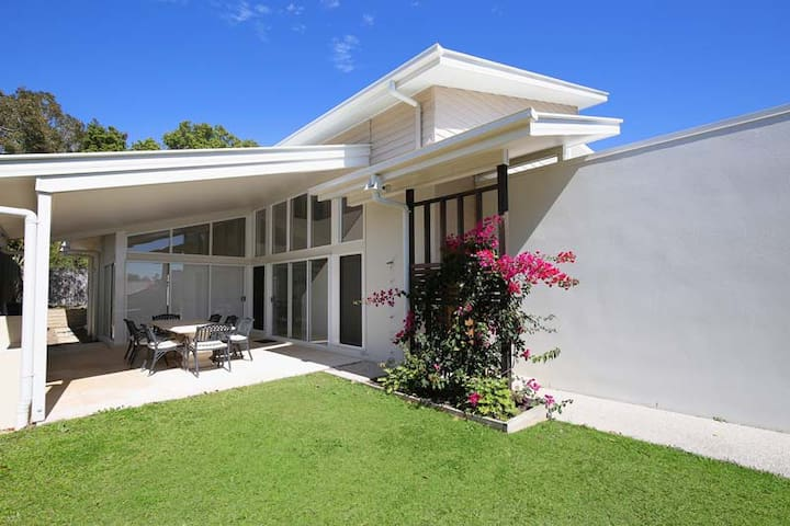 Large, modern cool beach house  - Caloundra - Huis